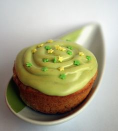 Tofu for Two's kiwi cupcake has a strong green color inside and outside, as well as a surprising boost of nutrients from a cupcake. Fruit Cupcakes, Summer Cupcakes, Fruit Cookies, Cupcake Cakes, Cup Cakes, Summer Desert Recipes, Summer Deserts, Cupcake Recipes, Cookie Recipes