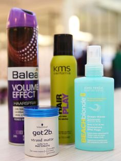 Meine Ausrüstung (von rechts): Seasalt Spray von John Frieda, sprühbares Haarwachs von KMS California, Stylingcreme von Got2b, Volumenhaarspray von Balea (DM Eigenmarke).Natürlich muss man nicht alle auf einmal benutzen, sondern kann sich die Kombinationen rauspicken, die für das eigene Haar am besten sind: Stylingcreme und Volumenhaarspray zum Beispiel, oder Seasaltspray und Stylingscreme. Wie ich die einzelnen Produkte benutze und was sie bringen, seht ihr auf d...