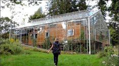 Ein Pärchen baut ein Gewächshaus rund um ihr Zuhause, um Lebensmittel anzupflanzen und es warm zu halten