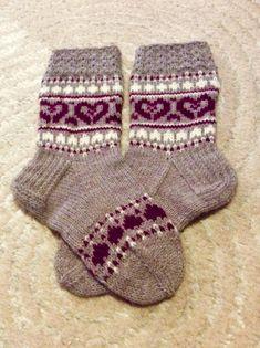 Kun sekä isänpäiväsukista että Soile palmikkosukista jäin lankaa tein lopuista Sydän joulusukat. Tulipahan niitäkin langanloppuja vähennettyä. Crochet Socks, Knitting Socks, Knitting Projects, Knitting Patterns, Marimekko, Fingerless Gloves, Arm Warmers, Mittens, Upcycle