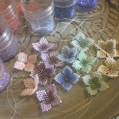 Beaded Jewelry Designs, Handmade Beaded Jewelry, Seed Bead Jewelry, Seed Beads, Beaded Flowers Patterns, Beading Patterns, Beads And Wire, Beading Tutorials, Bead Weaving