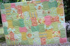 http://thimbleanna.com/images/2009/Quilting / Pretty Apple Core quilt with easy flower quilting pattern.