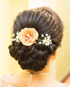 Top 15 Floral Bun Hairstyles for Brides this Wedding Season Bridal Hairstyle Indian Wedding, Bridal Hair Buns, Bridal Hairdo, Hairdo Wedding, Indian Bun Hairstyles, Saree Hairstyles, Mom Hairstyles, Stylish Hairstyles, Hairstyles Videos