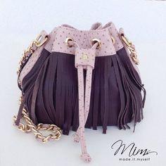 Ficou uma fofura esta bolsa modelo mini brigadeiro em roxo e avestruz rosa antigo  #criesuabolsa #bolsadecouro #minibags