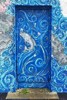 From aqua, navy, cerulean, to true-blue – what can you do with your front door? Having a blue front door will add a unique touch to y… Grand Entrance, Entrance Doors, Doorway, Cool Doors, Unique Doors, Door Gate, Painted Doors, Door Knockers, Closed Doors