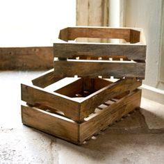 Esprit nature pour cette caisse de rangement en manguier...vous pouvez y ranger fruits et légumes dans une cuisine, ou des jouets dans une chambre d'enfants. Superposez là pour plus de rangements...Avec ses encoches sur les côtés, elle peut se transporter très facilement d'une pièce à l'autre. Existe en 2 formats, petit et grand modèle. Une création Nkuku.