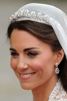 Cartier Halo Tiara - The tiara, worn by Kate Middleton the day of the Royal Wedding, was lent to her by the Queen. Made in the tiara originally belonged to the Queen Mother, who then passed it down to Queen Elizabeth on her birthday. Princesa Kate Middleton, Pippa Middleton, Style Kate Middleton, Kate Middleton Wedding Tiara, Middleton Family, Kate Middleton Earrings, Kate Middleton Makeup, Lady Diana, Royal Wedding Gowns