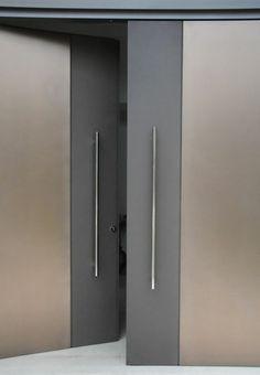 moderne fassadengestaltung türen aus metall grau