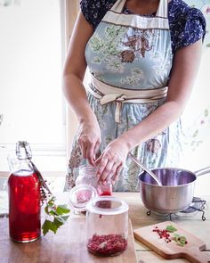 Helena vyrába vlastný domáci likér