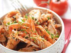 Découvrez notre recette facile et rapide de Langoustines à l'américaine sur Cuisine Actuelle ! Retrouvez les étapes de préparation, des astuces et conseils pour un plat réussi. Mets, Fish And Seafood, Japchae, Ethnic Recipes, Sea Food, Table, Seafood, Mesas, Desk