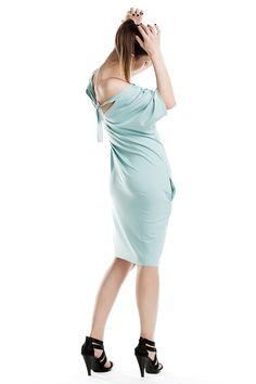 Wygodna sukienka midi wiązana na plecach. Comfortable midi dress ties on the back.