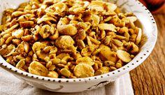 Petisco de amendoim, castanha de caju, sementes de girassol e NESTLÉ® CORN FLAKES com especiarias
