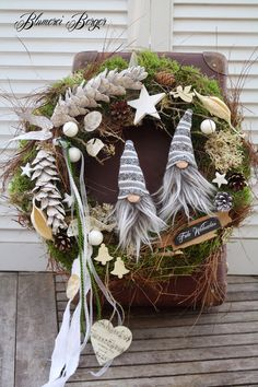 "Weihnachtsdeko - :::: Türkranz "" Weihnachtswichtel "" 2.0 :::: - ein Designerstück von BlumereiBerger bei DaWanda Christmas Advent Wreath, Christmas Door Decorations, Christmas Flowers, Noel Christmas, Holiday Wreaths, Christmas Crafts, Diy Crafts For Adults, Diy Wreath, Creations"