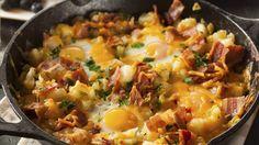 KARTOFFELPFANNE MIT SPECK UND SPIEGELEI Dieses klassische Frühstück ist herzhaft und rustikal: Kartoffeln, Speck und Eier liefern die perfekte Mischung aus Kohlehydraten und Proteinen.