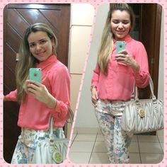 Blusa de seda cor goiaba, calça jeans floral! Tendência de moda!