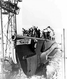 Submarine USS Barbero being launched, Groton, Connecticut, 12 December 1943 (US Navy) Us Navy Submarines, Arizona, Military Photos, World Pictures, United States Navy, Navy Ships, Pearl Harbor, War Machine, Battleship