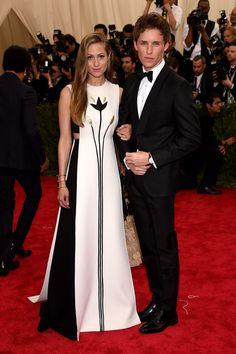 Pour la découpe sur la coté, et le fait que la robe possède un seul pan devant (Valentino dress / 2015 Met Gala)
