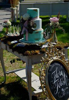 Lovely Shabby Chic wedding display #shabbychic #austinweddingcake