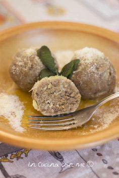 I canederli vegetariani un primo piatto ricco anche se preparato con pane raffermo. In Cucina con Me