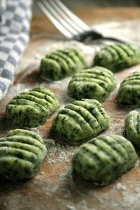 Ñoquis de espinaca y ricota sin harina Give a twist to your traditional Italian recipe with this easy version that incorporates all the properties of oat bran and spinach without using refined white flour. Veggie Recipes, Pasta Recipes, Appetizer Recipes, Vegetarian Recipes, Cooking Recipes, Healthy Recipes, Bariatric Recipes, Cauliflower Recipes, Gnocchi