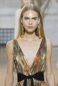 Les boucles d'oreilles gold du défilé Oscar de la Renta printemps-été 2017