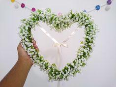 O momento da entrada das alianças é um dos mais esperados durante o casamento. As alianças são o simbolo do amor, do companheirismo entre o casal. Pensando nisso, não poderiamos deixar de fora esse lindo porta alianças: em formato de coração com flores, ele tras todo o romantismo desse momento ún...