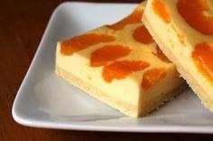 """Mandarinen-Blechkuchen: Heute, an meinem Geburtstag zeige ich euch meinen allerliebsten Geburtstagskuchen. Er ist nicht sehr aufwändig, nicht imposant und ganz ohne Buttercreme und Fondant. Vermutlich ist er damit ziemlich """"out"""" in Zeiten von rosa Zuckerträumen. Aber seit mindestes 15 Jahren wünsche ich mir diesen Kuchen …"""