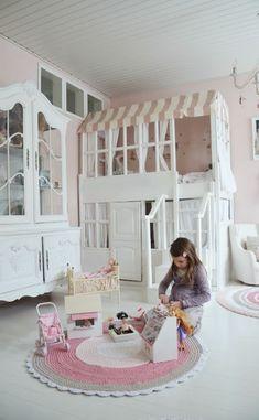 spielbett kinderzimmer hellrosa wandgestaltung weißes haus design runder teppich