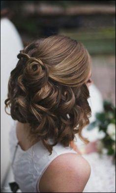 Hochzeitsfrisuren kurze Haare halboffen und lockig | Frisuren ... #Frisuren #HairStyles Brautfrisuren zum Besten von langes Wolle – Ob Sie ein Gast, die Trauzeugin oder die Braut sind, wissen, wie man seine eigene Hochzeit aufstellt Fr...