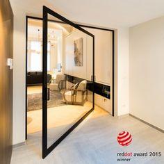 """Moderne glazen taatsdeur tussen keuken en woonkamer, met een """"stalen look"""" in geanodiseerd zwart aluminium."""