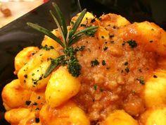 Ma quanto sono buoni i nostri gnocchi al ragù di salsiccia di Bra dell'azienda agricola Scaglia?!?!  Ideali in questa stagione: buon weekend!!!  #rizzelli