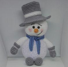 Sil's Corner: Patroon sneeuwpop met led bal. Crochet Santa, Crochet Snowman, Crochet Patterns Amigurumi, Amigurumi Doll, Crochet Dolls, Crochet Baby, Free Crochet, Knitting Patterns, Crochet Christmas Decorations