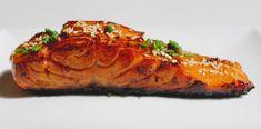 Aujourd'hui je vous propose une petite recette délicieusement addictive : des pavés de saumon marinés et laqués à la sauce teriyaki faite maison, le tout accompagné de sa petite réduction caramélisée de sauce de soja