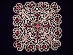 NAPPERON Arlette - les points d'esprit remplacent des nattes ... bonne idée Romanian Lace, Lace Heart, Point Lace, Lace Jewelry, Bobbin Lace, Points, Lace Detail, Mandala, Butterfly