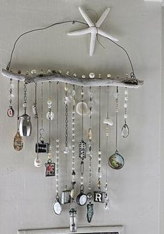 Wind chimes are a simple way to add charm and interest to your outdoor space. The sights and sounds of a wind chime dancing in the breeze can truly take your porch or garden to the next level. Driftwood Crafts, Seashell Crafts, Beach Crafts, Crafts To Make, Fun Crafts, Arts And Crafts, Carillons Diy, Diy Wind Chimes, Suncatchers