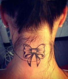 Tatuaggio femminile collo fiocco