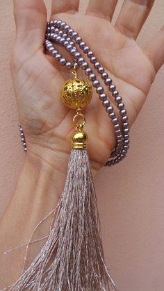 Collar largo perlas borla con bolas de filigrana de oro.