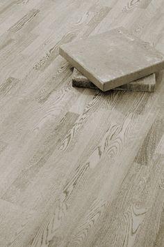 Parchetul din lemn de stejar Concrete Grey este inspirat din mediul citadin, permitandu-va sa va transformati caminul intr-un spatiu foarte personal, conectati la ritmurile schimbatoare ale stilului urban. Alb si negru intr-un joc monocromatic spectaculos! Parchetul triplustratificat stejar Concrete Grey este periat aspru, baituit si finisat cu ulei colorat. Concrete, Modern, Urban, Design, Cots, Trendy Tree