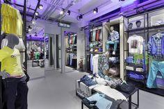 Interior de una tienda de adidas, con luces moradas dando un toque especial