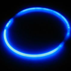 Regala un collar luminoso a los invitados a tu fiesta - de www.fiestafacil.com, €1,50 / Give a glow necklace to each guest at your party - that way the guests form part of the decoration! From www.fiestafacil.com