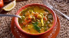 En el capítulo 1 del programa de televisión Cocina marroquí la cocinera Najat Kaanache prepara una sopa típica de Marruecos a base de tomate y...
