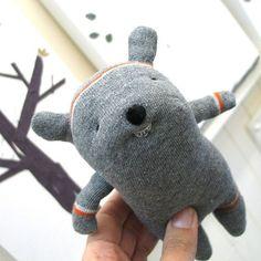 DIY para hacer varios muñecos de animales utilizando calcetines, también muchas ideas e inspiración para que pongas en marcha tu creatividad y hagas tus propios modelos. DIY de Más muñecos creados con calcetines IDEAS E INSPIRACIÓN DE MUÑECOS DE ANIMALES HECHOS CON CALCETINES: Como hacer un perrito tipo soft con medias de NYLONComo hacer una …