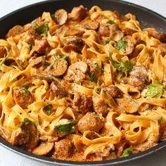 Tagliatelle stroganoff met worstjes - Lot of Taste Macaroni Spaghetti, Beef Stroganof, Goulash, Camping Meals, Couscous, Italian Recipes, Good Food, Food And Drink, Lunch