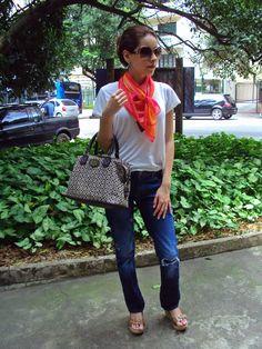 Camiseta: Marisa Ribeiro | Calça jeans: Zara | Anabela: Prego | Bolsa: Tommy Hilfiger | Óculos: Dior | Lenço: Tie Rack #fashion
