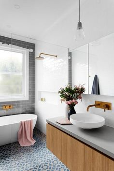 Lovely white and gray bathroom / Lindo baño blanco, gris y azul / Casa Haus Deco Grey Bathrooms, Bathroom Renos, Laundry In Bathroom, Beautiful Bathrooms, Bathroom Flooring, Bathroom Renovations, Bathroom Interior, Bathroom Cabinets, Houzz Bathroom