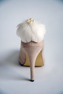 love this.. so simple and so beautiful.. feather shoe clip