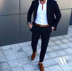 Elegante, traje azul marino, camisa blanca y complementos en marrón camel