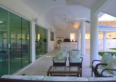 No lounge, composto por poltronas e um sofá em fibra natural, todos com delicados estofamentos florais, os convidados podem relaxar sentindo a brisa que sopra do mar nas tardes de verão.