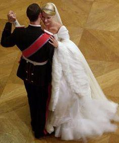 """A princesa Mette-Marit casou com o príncipe Haakon em 2001 na Noruega com um vestido romântico do designer norueguês Ove Harder Finseth. """"O estilista elaborou um modelo rico em crepe de seda na cor marfim com linhas clássicas – tudo inspirado pelo vestido usado pela Rainha Maud, avó de Haakon da Noruega quando casou-se com o rei Haakon VII."""""""