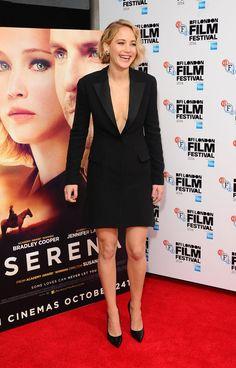 Pin for Later: Jennifer Lawrence Se Cure le Nez à la Première de Serena. . .